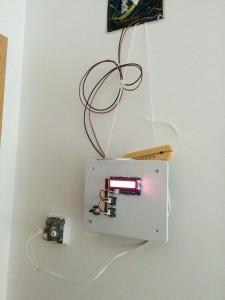 Así estaba colgado provisionalmente y enchufado al control de los radiadores de mi casa